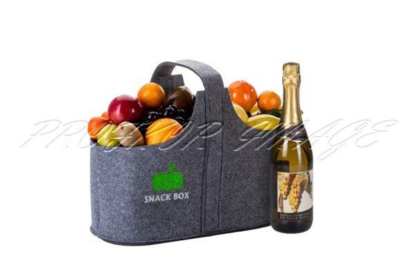 Augļu dāvana ar dzērienu filca maisiņā